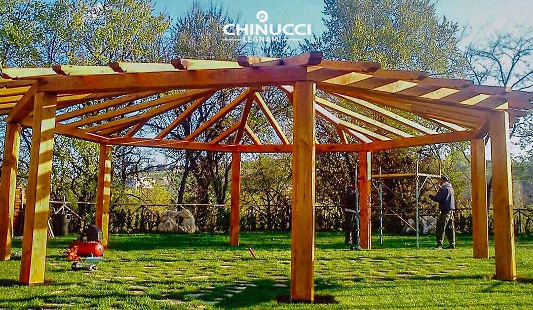 gazebo costruito in legno di castagno